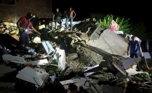 4月16日、エクアドル沖で、M7.8の地震が発生。同国の副大統領によると、28人が死亡した。同国マンタで撮影(2016年 ロイター)